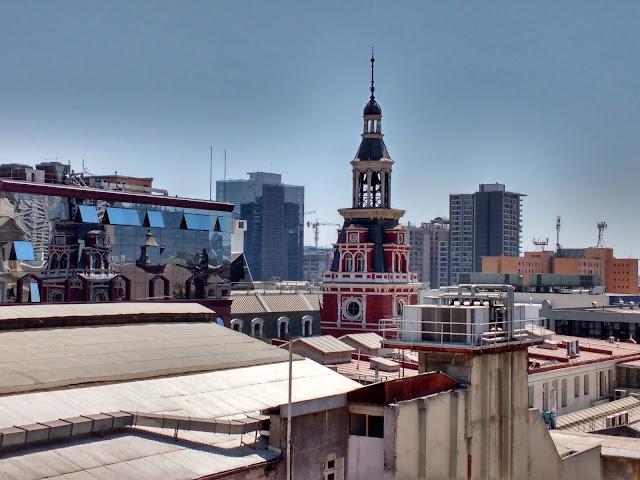 Vista de la torre del Cuartel General del Cuerpo de Bomberos desde la torre del Museo Histórico Nacional de Santiago de Chile