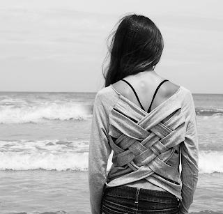 camiseta con espalda trenzada