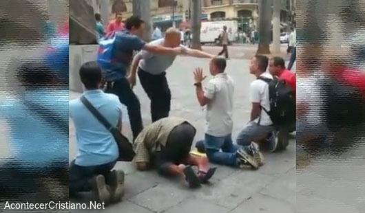 Personas reciben a Cristo en la calle