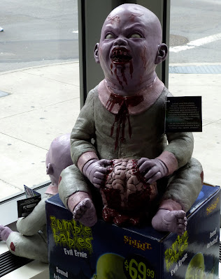 Un bambino Zombie mangia un cervello fresco