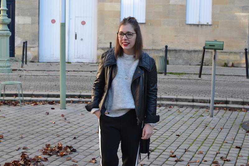 perfecto noir Isabel Marant, pantalon noir à bande blanche Zara, pull gris H&M, sac M de Maje, collier l'atelier d'amaya