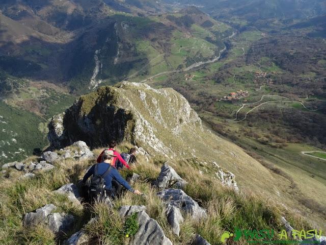 Ruta a la Pica de Peñamellera: Entrando en la zona de trepada