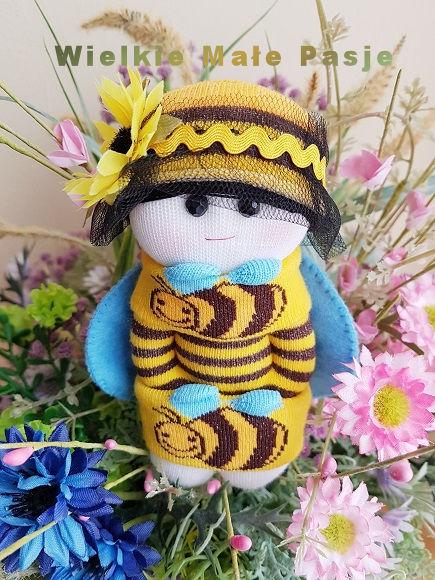 skarpetki, skarpetki dziecięce, skarpetki dla niemowlaka, skarpetkowa lalka, skarpetkowe lalki, skarpetkowe zabawki, lalki szyte ze skarpetki, pszczoła, pszczoła zabawka, pluszak pszczoła, lato, kwiaty, miód, zabawki ręcznie szyte,socks, children's socks, baby socks, socks doll, socks dolls, socks toys, dolls sewn from socks, bee, bee toy, plush bee, summer flowers, honey, hand sewn toys, носки, детские носки, детские носки, куклы для носков, куклы для носков, игрушки для носков, куклы, сшитые из носков, пчела, пчелиная игрушка, плюшевая пчела, лето, цветы, мед, ручные игрушки,calcetines, calcetines para niños, calcetines para bebés, calcetines muñecos, calcetines muñecas, calcetines juguetes, muñecas cosidas de calcetines, abeja, juguetes de abeja, peluches, verano, flores, miel, juguetes cosidos a mano
