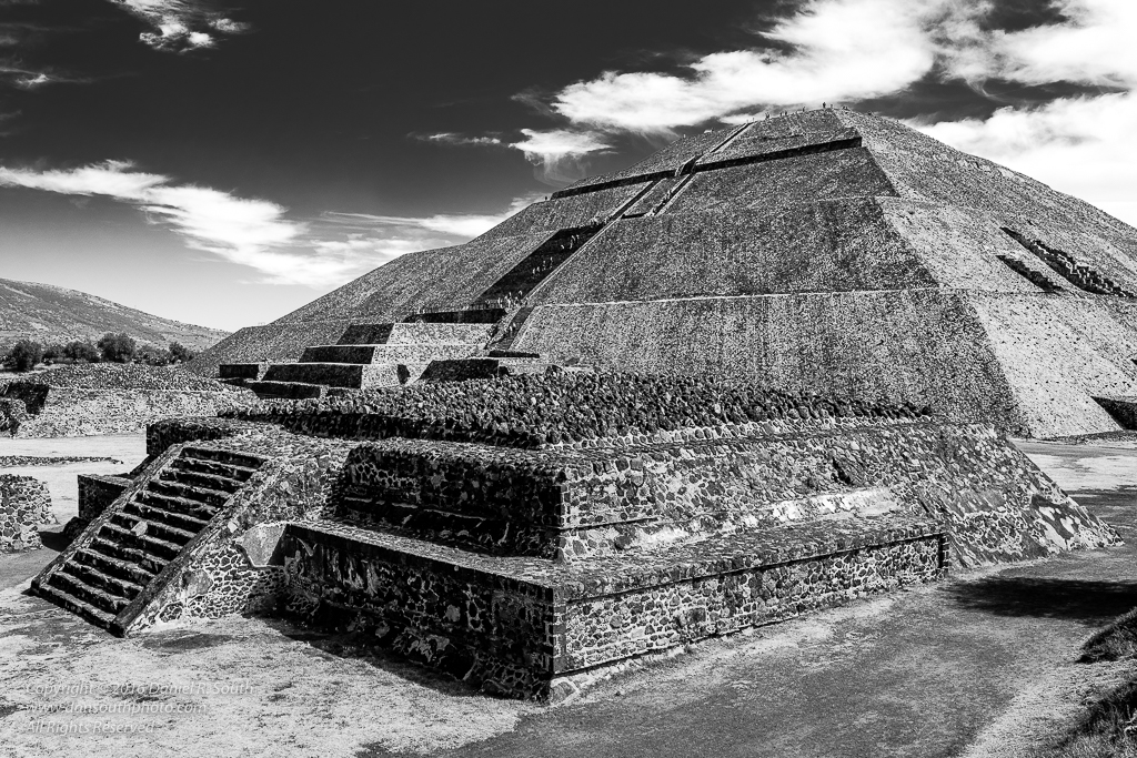 a photo of the pyramid of the sun teotihuacan mexico black and white