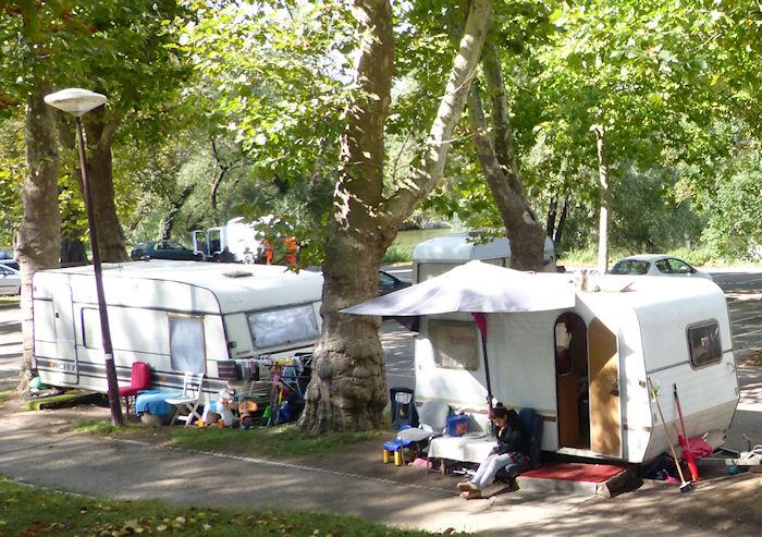 wohnwagen renovieren vor dem camp leben arme menschen in sie waschen kleidung bottichen auf der straae und trocknen waschestandern oder a 1 4 ber gelander