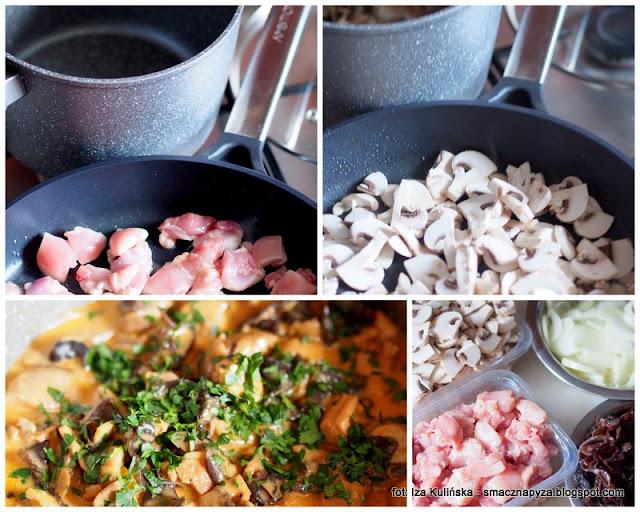 kurczak duszony z grzybami, sos grzybowy, mieso, potrawka z kurczaka, sos smietanowy, grzyby, uszaki, domowka, sylwester, prywatka, na goraco, domowe jedzenie, rozgrzewajacy gulasz