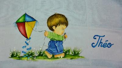 fralda azul com pintura de menino com pipa