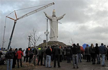 Ba Lan hoàn tất việc dựng tượng Chúa Giê-su lớn nhất thế giới - Ảnh minh hoạ 6