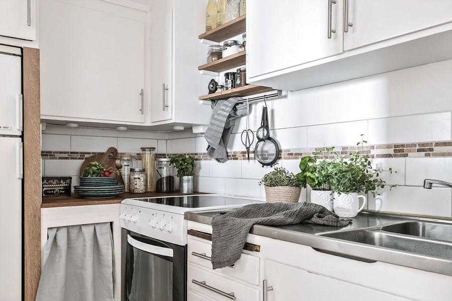 cocina pequeña, decoracion nordica, estilo nordico, piso, platos, nevera, estanterias,