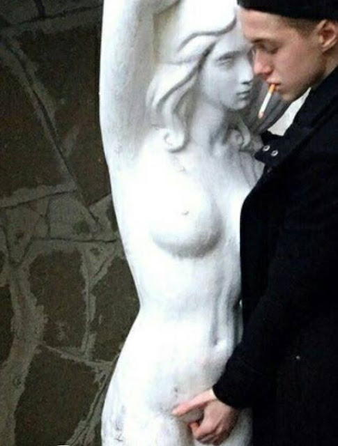 doigte une statue