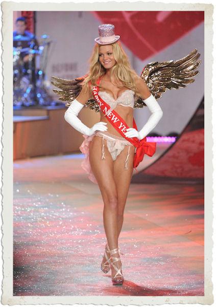 Lindsay Ellingson nella sfilata in lingerie di Victoria's Secret 2012