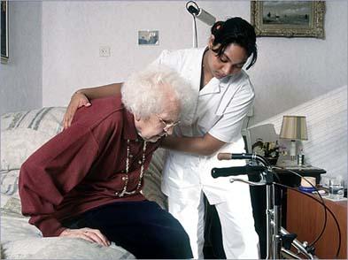 Foto de anciana siendo atendida por una enfermera