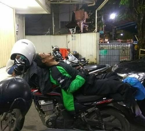 Potret Driver Ojek Online Saat Beristirahat Karena Kelelahan Mencari Nafkah