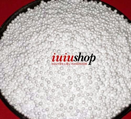 IUIU SHOP Nguyên liệu handmade cung cấp bán sỉ bán lẻ hạt xốp với chất lượng tốt giá rẻ nhất Hà Nội. Với những hạt xốp nhỏ xinh các bạn có thể thoải mái làm nhưng chiếc gối lười, gấu bông, thú bông, làm tuyết trang trí noel,... Hạt xốp được làm từ nhựa nguyên sinh EPS, tùy theo kích thước hạt nhựa nguyên sinh và thời gian xử lý nhiệt mà ta thu được hạt xốp có kích thước khác nhau. Hạt xốp nhẹ, bền, đặc biệt hạt xốp không bị xẹp lép trong quá trình sử dụng nhé.  Giá hạt xốp hiện tại đang bán như sau nhé ( rẻ nhất Hà Nội): - Mua dưới 0.5kg, Giá: 10.000 / lạng. - Mua từ 0.5 - 5kg, Giá: 9.000/ lạng. - Mua từ trên 5kg, Giá: 8.000/ lạng.   IUIU SHOP Nguyên liệu handmade  Bán hàng online và giao hàng MIỄN PHÍ trong nội thành Hà Nội. Để mua hàng, gọi ngay cho tớ nhé: 0982.893.532 ^_^ Hoặc Để lại Comment trên Web hoặc fanpage facebook, IUIU sẽ trả lời nhanh nhất :)  - Giới thiệu về IUIU SHOP - Cách mua hàng tại IUIU SHOP  Dưới đây là một số sản phẩm được làm từ hạt xốp nhé:   Cùng với vải nỉ, hạt xốp và đôi bàn tay khéo léo bạn sẽ tự tạo ra được những chú thú bông đáng yêu như này nhé :):     Làm ghế ngồi êm ái, thỏa thích xem phim, nghe nhạc     Ghế hạt xốp kiêm giường nằm rất đáng yêu, chiếc giường êm ái cho bạn giấc ngủ thật ngon.     Hạt xốp dùng để nhồi gối ngủ tiện lợi  Hạt xốp dùng để nhồi gối ngủ tiện lợi