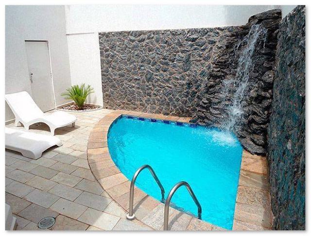 kolam renang dengan air mancur
