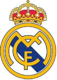 El escudo del Real Madrid, un círculo dorado y con fondo blanco, coronado, y en su interior una ancha banda azul inclinada, y sobre ésta las siglas mcf, Madrid Club de Fútbol