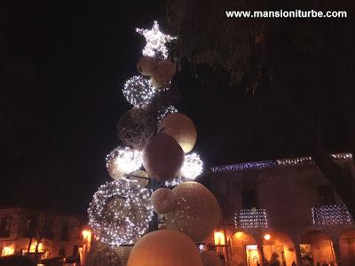 Árbol de Navidad hecho con esferas de fibras vegetales