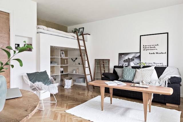 Dormitor deasupra spațiilor de depozitare într-o garsonieră de 30 m²