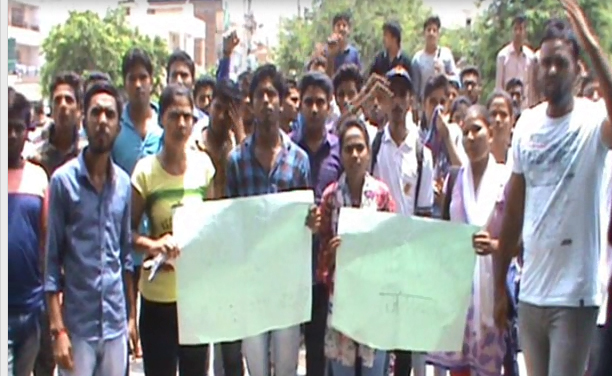 एबीवीपी छात्र संगठन ने फरीदाबाद के कालेजों में 20 प्रतिशत सीटें बढ़ाने की मांग को लेकर प्रदर्शन