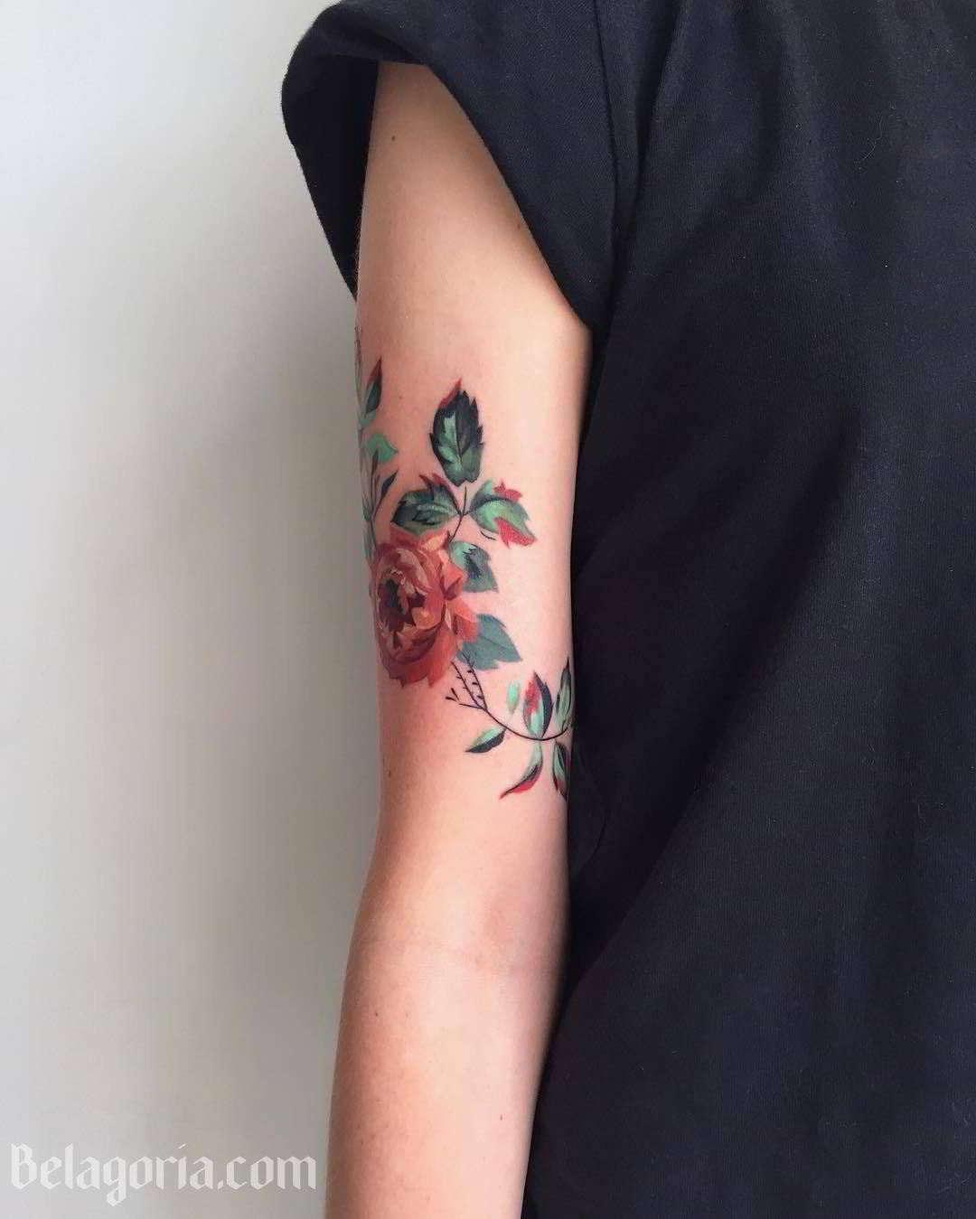Vemos un tatuaje de rosa muy elegante