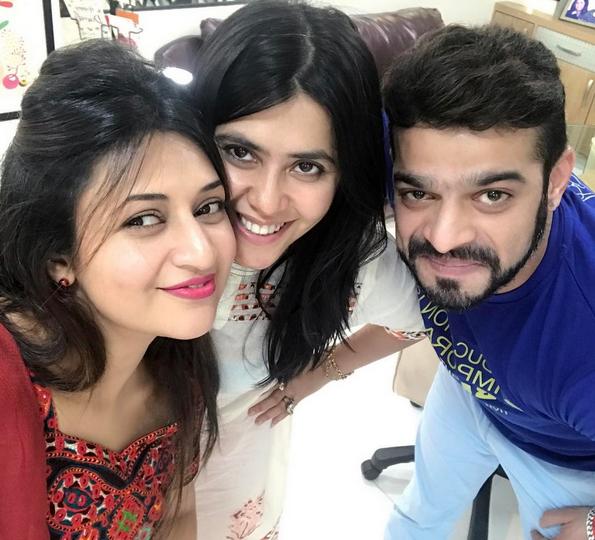 Foto Divyanka Tripathi dengan pemain mohabbattein Via Instagram