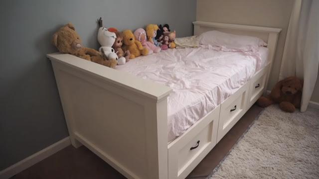Tempat Tidur Dengan Laci di Bawahnya