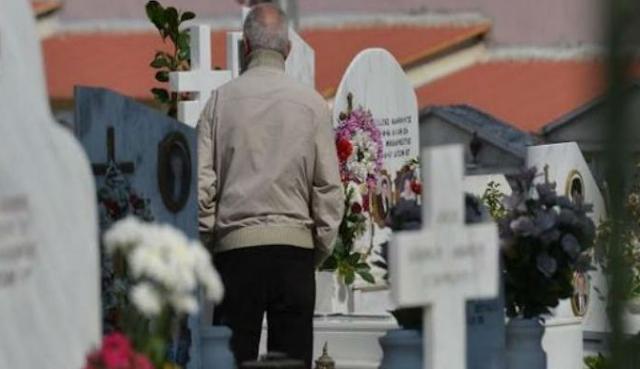 Ο θρήνος του μυστηριώδους άντρα δίπλα από τον τάφο του Παντελίδη την ώρα που γινόταν το μνημόσυνο
