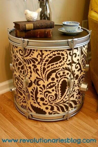 Side table (meja samping) terbuat dari drum. Suka sekali dengan coraknya.