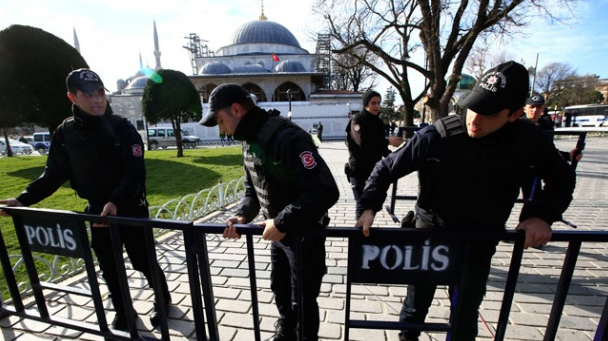 Polisi Turki Memasang Polis line