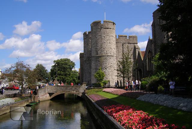 Średniowieczna brama wjazdowa do miasta Westgate. Ta wysoka na 18 m zachodnia brama muru miejskiego jest największą zachowaną bramą w Anglii w Canterbury - atrakcja turystyczna Canterbury