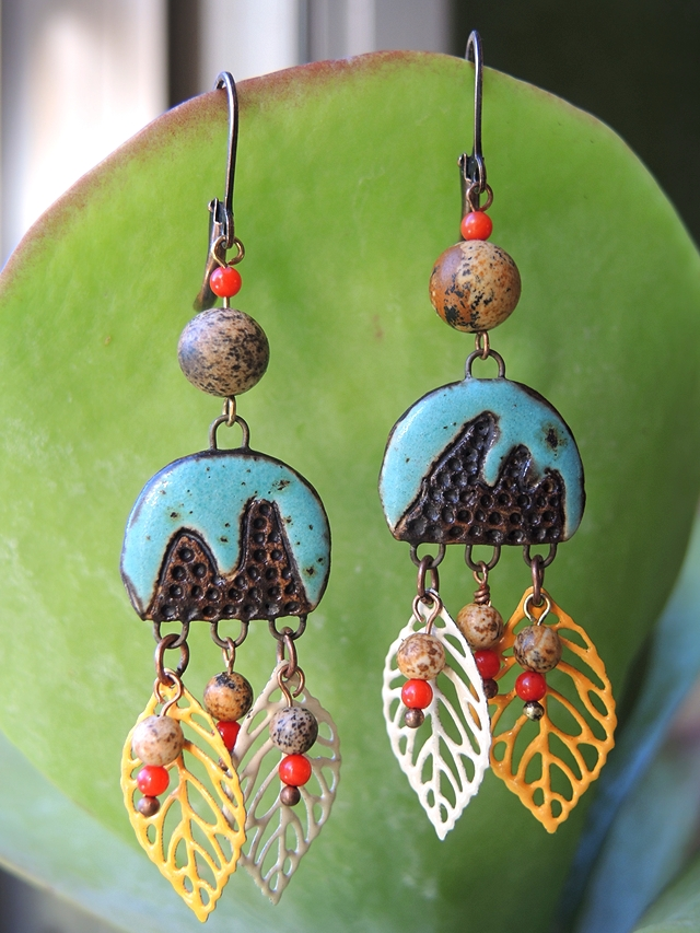 free tuto for boho earrings with ceramic connector and leaves