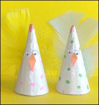 Kul kyckling av pappersstrut. Påskpyssel för barn.