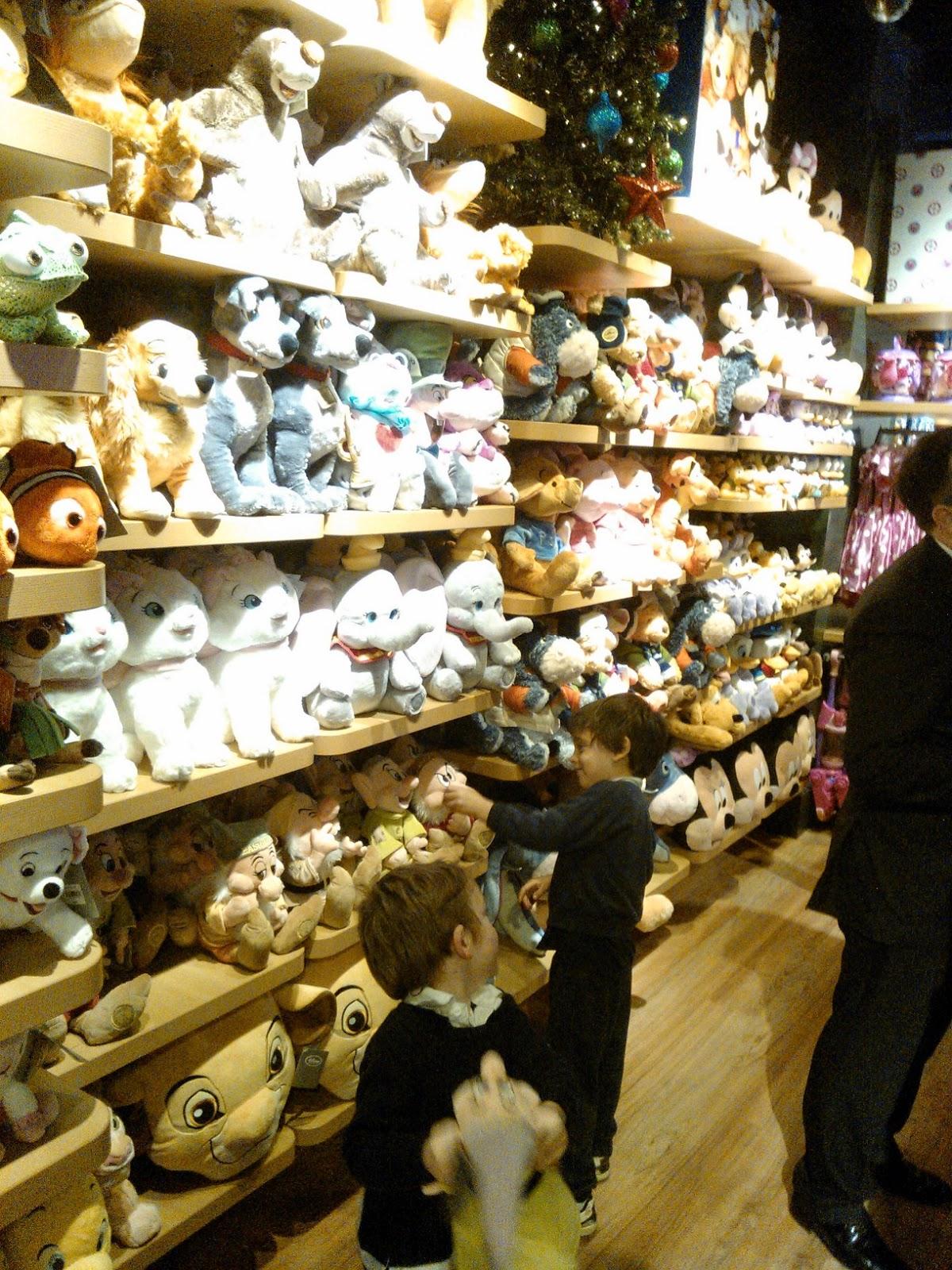 Apertura Del Disney Store En Barcelona Con M De Madre