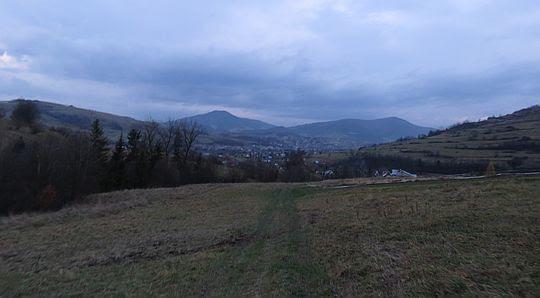W głębi widoczne szczyty Lubonia Wielkiego i Szczebla. Przed nimi widać miasto Mszana Dolna.