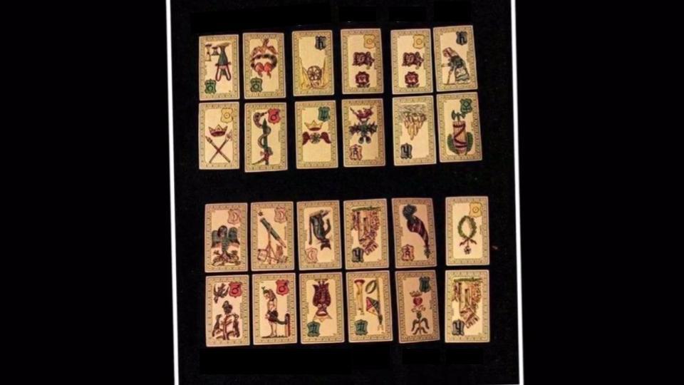 une vue plongeante des cartes de l'oracle de Belline
