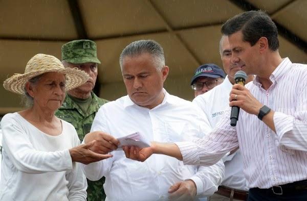 Tarjetas que entregó EPN no tienen saldo, se las rechazan a damnificados oaxaqueños.