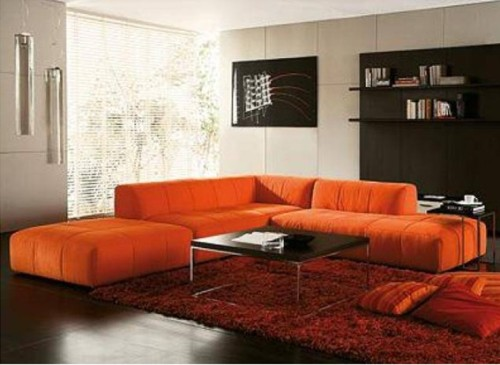 Moderna sala minimalista decorada con un imponente sofá naranja que