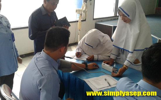 PRA DONOR : Para pendonor mendaftar terlebih dahulu diuji kelayakan darahnya (Pra donor).  Foto Asep Haryono
