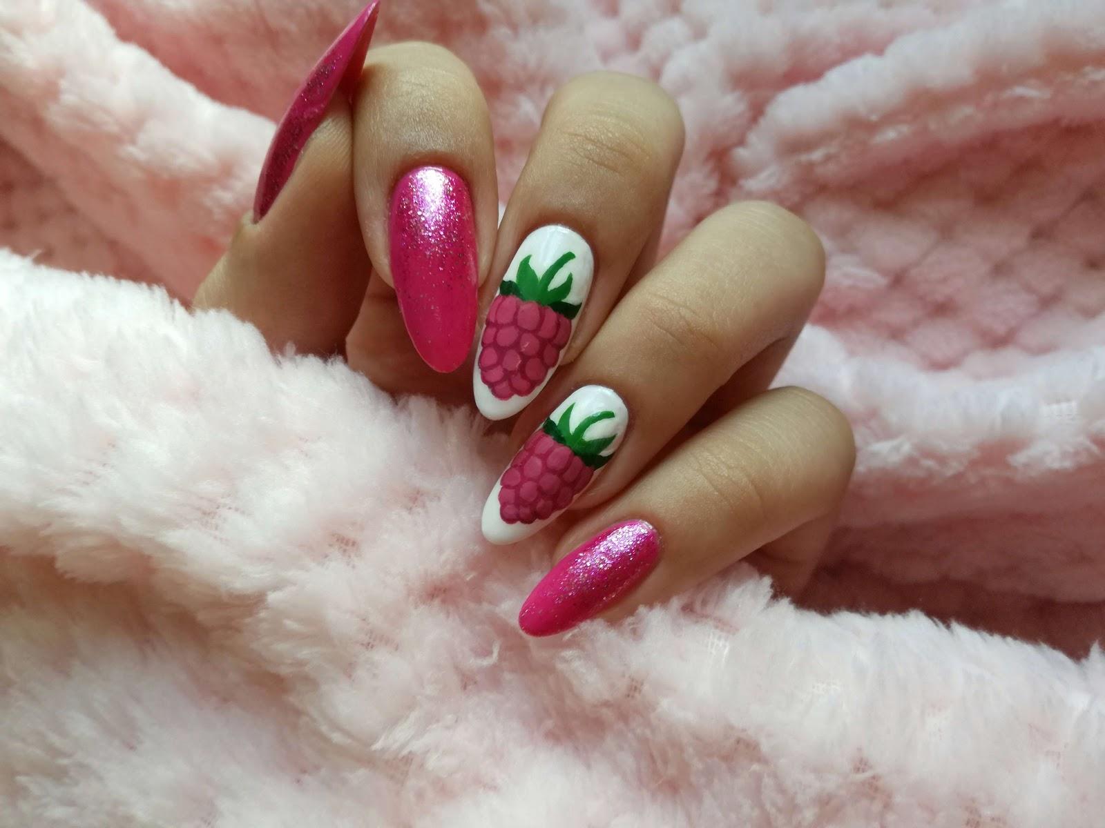 ręcznie malowane maliny na paznokciach