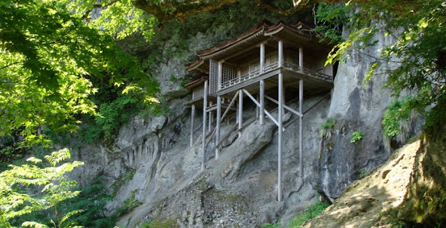 岩と融合した建築?自然と融合してしまった建築たち8選 山々と融合した投入堂