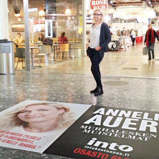 Kuva: Anneli Auer ja kirja Murhalesken muistelmat Helsingin kirjamessuilla 2016