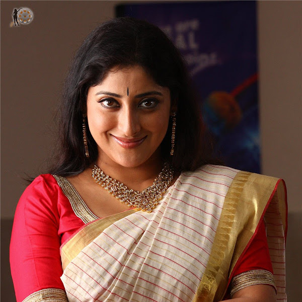 Lakshmi Gopalaswamy latest hot photos in saree from Oru Indian Pranayakatha