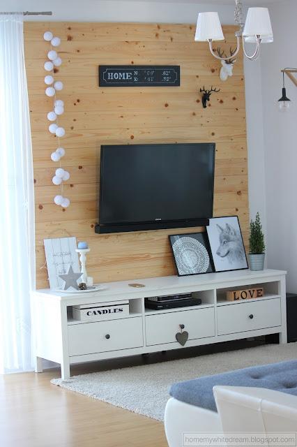 drewniana ściana w salonie, biała kuchnia, Deska z odciskami dłoni / handprints on wooden plank, Atrapa kominka DIY, szara sypialnia, drewniane tabliczki,
