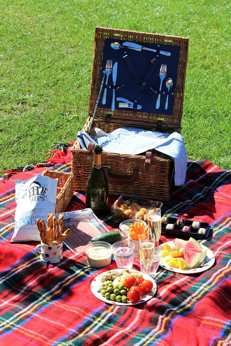 Tartan picnic blanket, Regent's Park - UK lifestyle blog