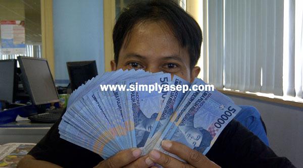 ILUSTRASI : Ini bukan uang saya. Ini uang milik rekan saya Kessusanto Liusvia yang uangnya saya pinjam untuk berfoto selfie.  Foto Kekes