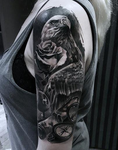 O preto e o cinza de manga tatuagem. A tatuagem consiste de uma águia, um rosa e um relógio de bolso que simplesmente quer fazer uma declaração com o próprio. É definitivamente uma cabeça de turner e foi maravilhoso quantidade de detalhes.