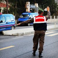 Yol kontrolündeki bir Jandarma
