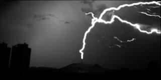 Primeiro registro de raio invertido no Brasil, em 2012. O corisco sobe da torre do Pico do Jaraguá às nuvens. Foto: Elat
