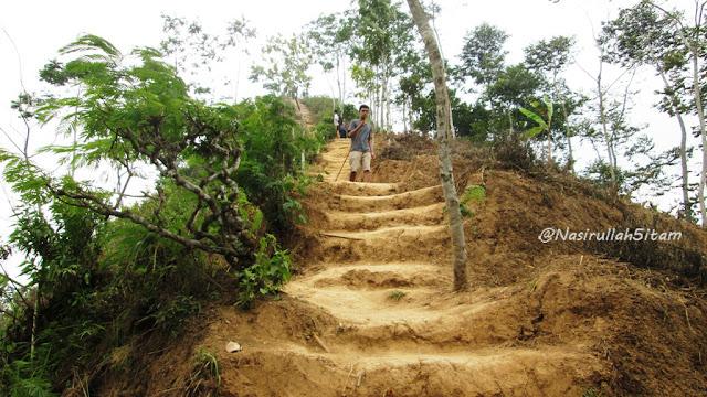 Menapaki anak tangga yang terbuat dari tanah-tanah tandus