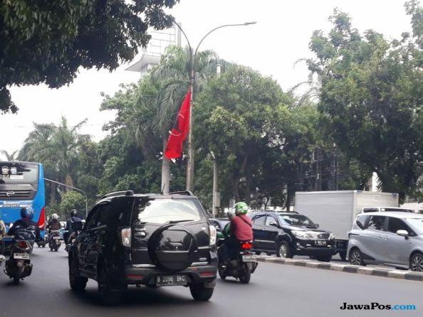 Puluhan Bendera PDIP di Tiang Lampu Jalan Kota, Walkot Jaksel: Itu Kewenangan Bawaslu